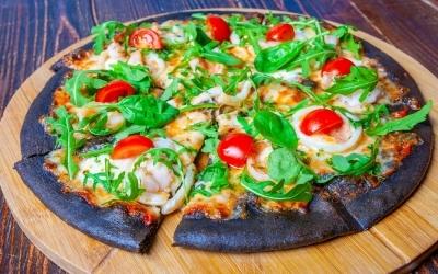 Black pizza с кальмарами и тигровыми креветками