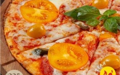 Пицца с пеперони, желтыми томатами и халапеньо